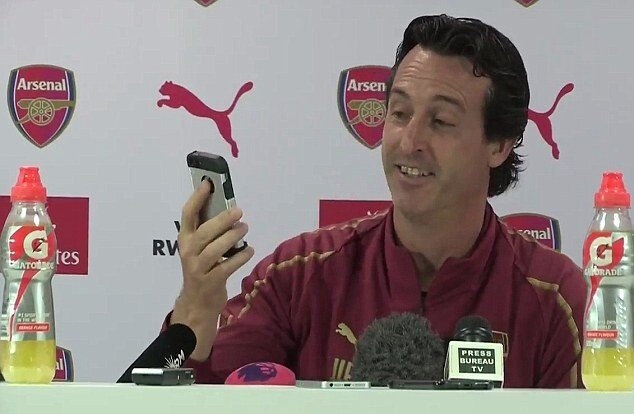 4F90BAAB00000578-6118763-Unai_Emery_smiles_as_he_looks_at_Jono_Spencer_s_name_on_the_ring-m-5_1535728306920.jpg